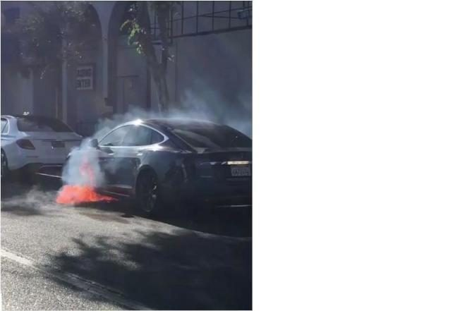 看影片/老公開Tesla  行駛中冒火  嚇壞女演員