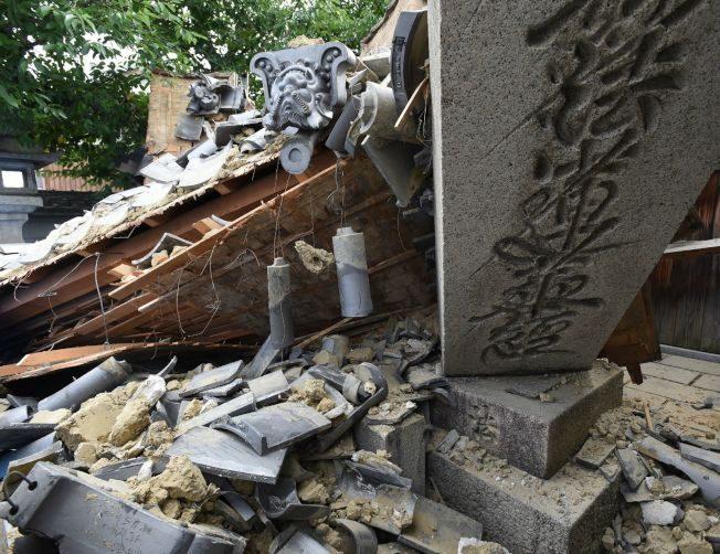 大阪地震/古蹟國寶 牆裂瓦飛…