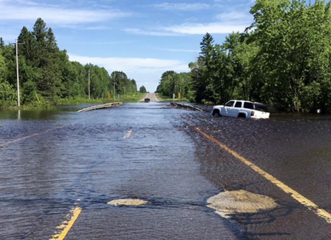 連續兩天的豪雨在中西部的北方地區造成洪水氾濫,道路被沖垮,商店受損,還在多處形成數十個深水鴻溝,至少一人被淹死。圖為威斯康辛州35號高速公路的部分路段淹水。(美聯社)