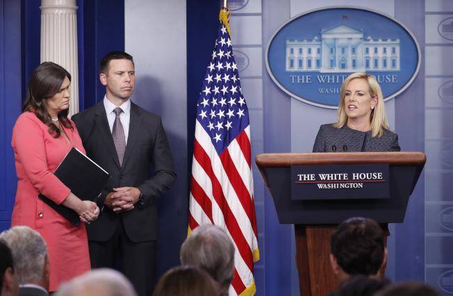 國安部長尼爾森(右)18日在白宮為「零容忍」移民執法辯護。(美聯社)