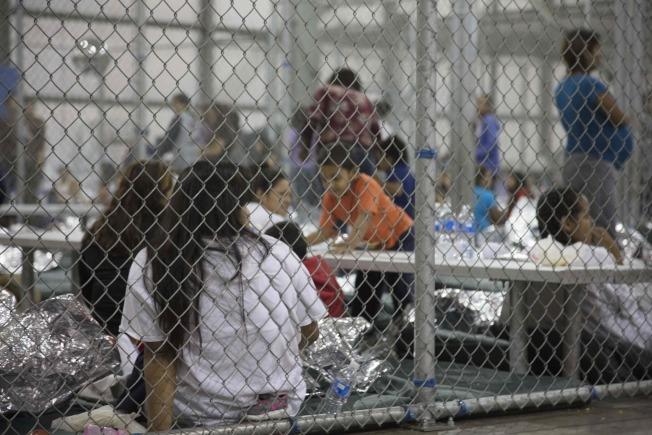 移民執法單位在德州McAllen市設立非法入境的偷渡客拘留中心。這些偷渡客都在等候移民局法律程序。(Getty Images)