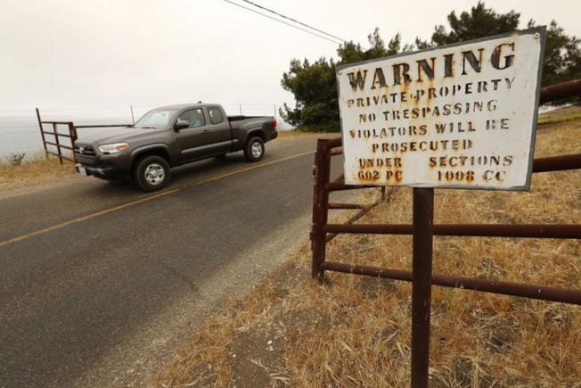 在進入彎曲的Hollister Ranch Road之前,警告外人不得擅入私人產業的標示牌,從這條路才能由陸路進入霍利斯特牧場海岸線。(洛杉磯時報)