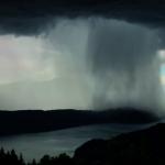 湖邊拍到「微爆流」 壯觀奇景如天空捲起海嘯