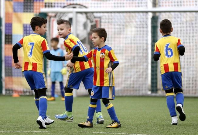 羅馬尼亞布加勒斯特室內杯青少年足球賽,隊員們利用攻防空檔擊掌鼓勵。(歐新社)