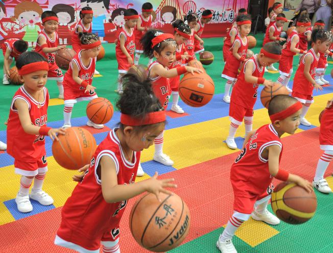 中國山西省稷山縣一群小朋友練習運球。(新華社)