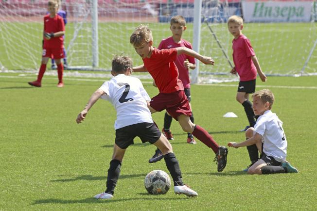 俄羅斯青少年足球隊在球場上練習。(美聯社)