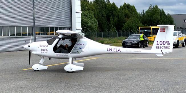 挪威18日測試兩人座的電動飛機,若新的飛行技術符合挪威的環保走向,預料該國能在2025年前開始推出載客的電動飛機。(路透)