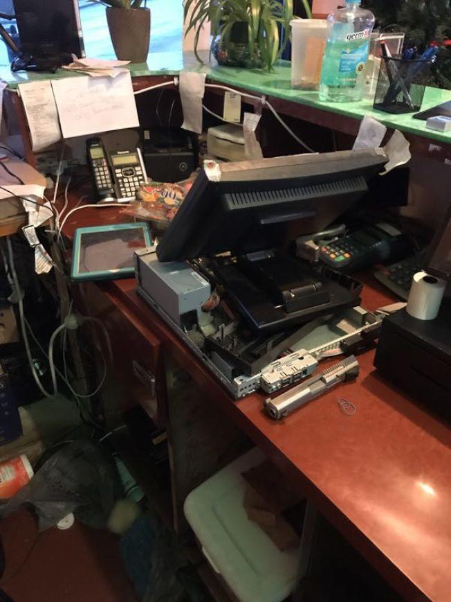 ICE執法人員把肯塔基州一家中餐館收銀機芯片取走。(本報檔案照)