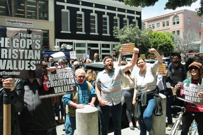 數百名抗議人士聚集在舊金山的聯邦移民及海關執法局(ICE)大樓外封路示威,高喊口號。(記者李晗/攝影)