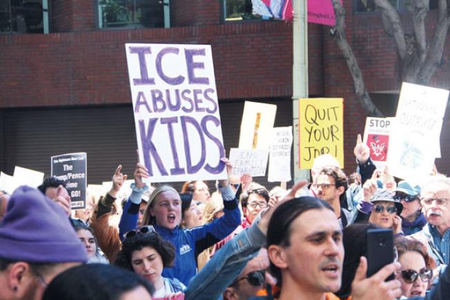數百示威者舉著標語抗議移民局。(記者李晗/攝影)