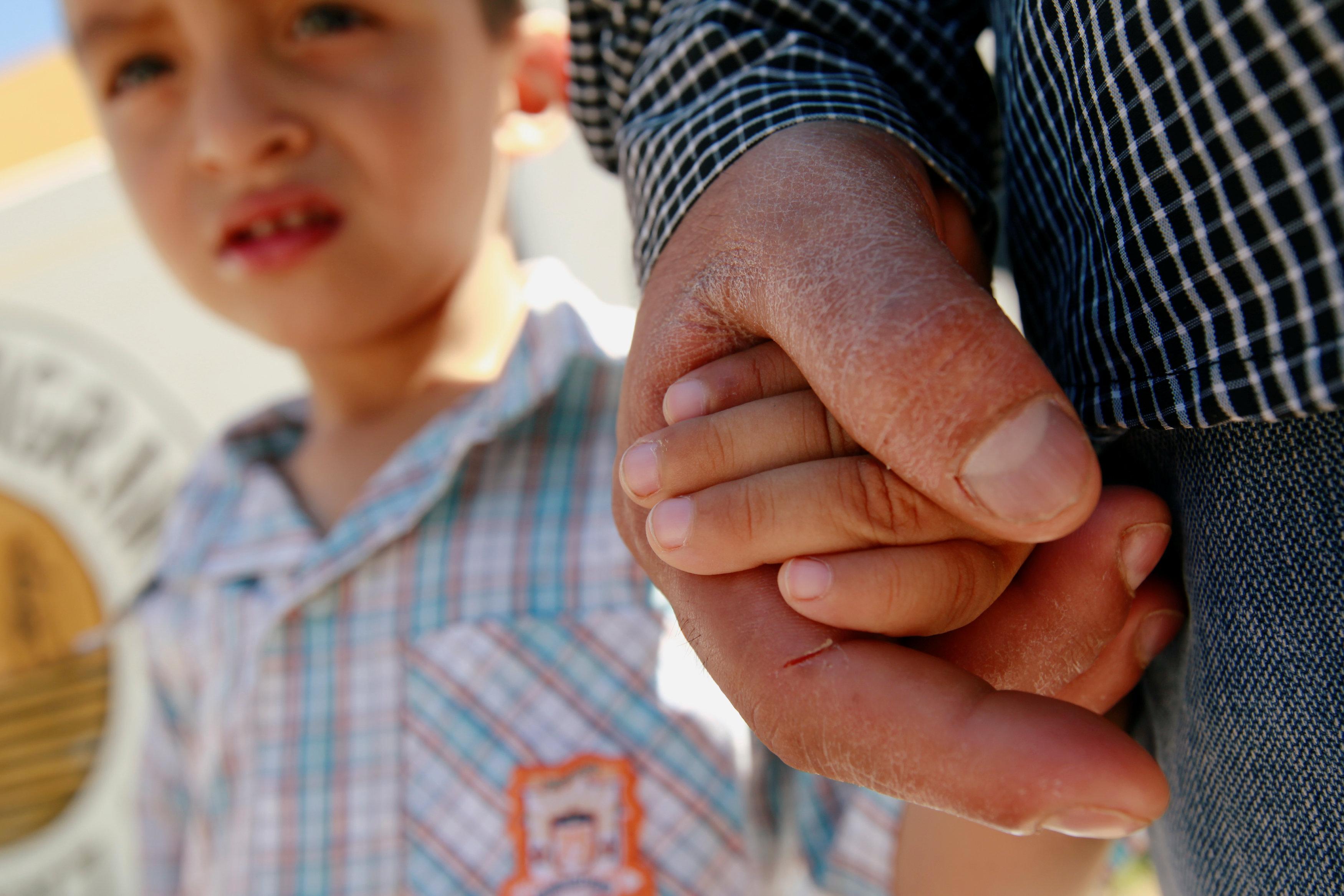 薩爾瓦多無證移民山天諾帶著三歲兒子留在墨西哥一處庇護所。(路透)