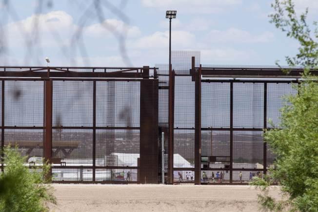 德州托尼洛一座無證兒童收容中心的鐵絲網。(Getty Images)