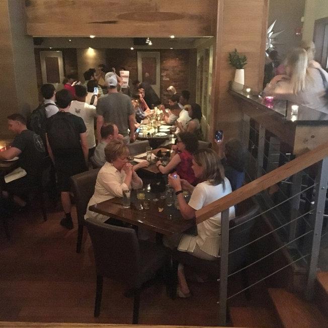 國安部長尼爾森19日晚間在華府一家墨西哥餐廳吃飯時,遭到抗議。(路透)