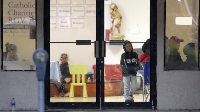 最近獲釋的無證移民兒童,轉送到德州麥卡倫一處天主教慈善機構。(美聯社)