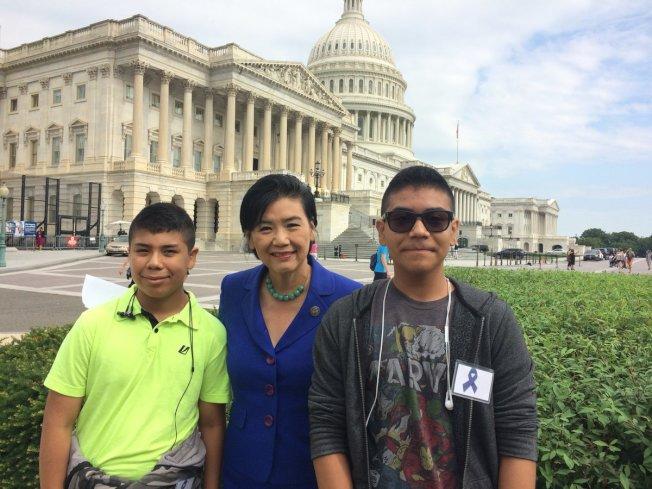 趙美心(中)和移民兒童日昨出席國會大廈前的示威集會。(趙美心推文)