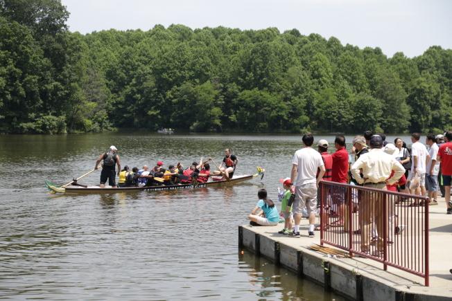 馬州哈維郡華裔家長聯合會,舉行端午節賑災野餐會及龍舟表演。(記者羅曉媛/攝影)