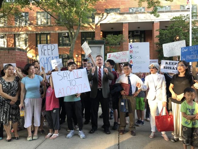 眾多家長在學校門口集會,要求保留現行特殊高中入學考試制度。(記者朱蕾/攝影)