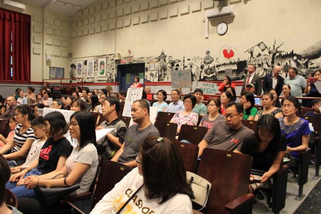 眾多華人家長參加學區會議,反對取消特殊高中入學考試。(記者朱蕾/攝影)