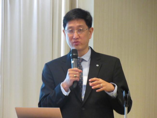 時浩煒建議,政府針對亞裔族群提供適合的工作機會、加強並宣傳公共教育系統,並撥款擴大社會福利以及健保制度,以改善該問題。(記者顏嘉瑩/攝影)