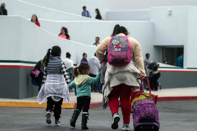 一對墨西哥夫妻繳付1萬2000元代價,購買由專人幫忙偷渡抵達佛羅里達州的「包套服務」。圖為美墨邊界的德州海關入境站。(美聯社)