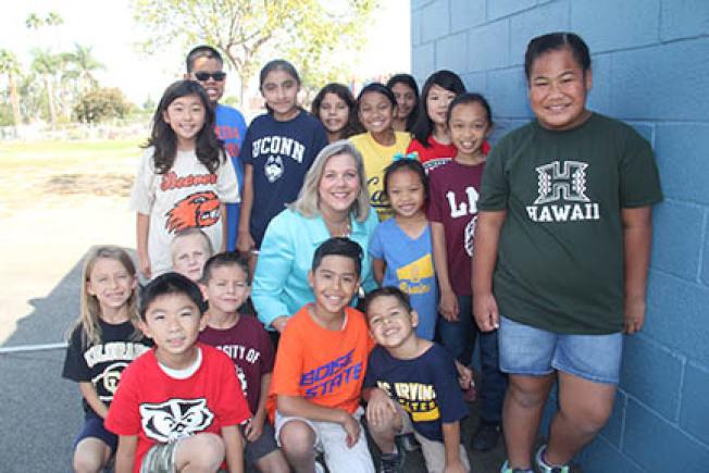 學區總監米雪爾(中)與學生們一起。(羅蘭學區提供)