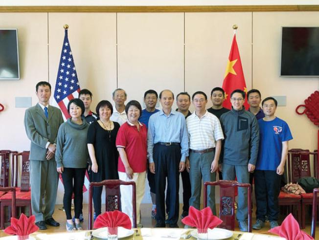 北加州華人文化體育協會乒乓球處日前受邀與中國駐舊金山總領事羅林泉、張建新副總領事等領館同仁切磋乒乓球球技。