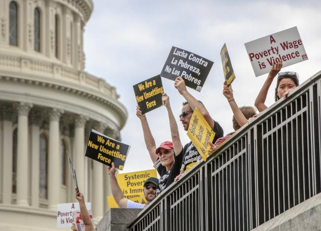 民眾21日在國會抗議,移民政策不公,要求國會修法。(美聯社)
