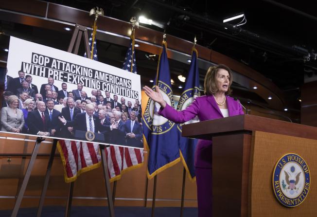 民主黨少數黨領袖波洛西21日在國會記者會抨擊共和黨版本的移民改革法案。(美聯社)