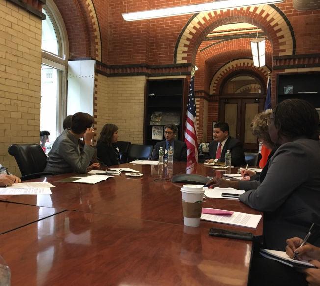 孟昭文(左二)前往會見紐約市教育總監卡蘭扎,表達社區對取消特殊高中考試的反對聲音。(本報檔案照)