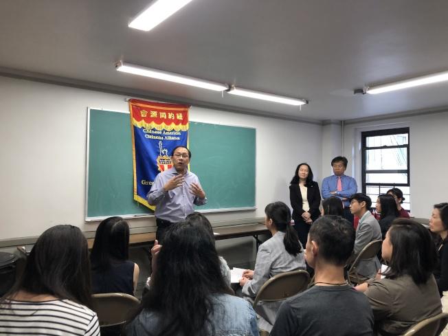 李立民(左一)、李宗保(右一)、陳慧華(右二)講述特殊高中考試重要性。(記者金春香/攝影)