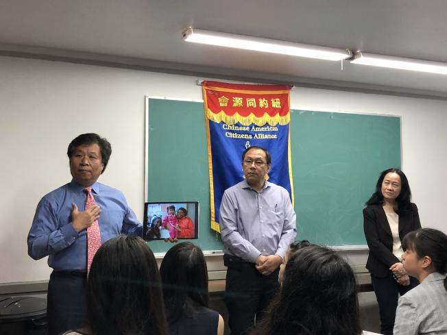 李宗保(左一)、李立民(左二)、陳慧華(右一)講述特殊高中考試重要性。(記者金春香/攝影)