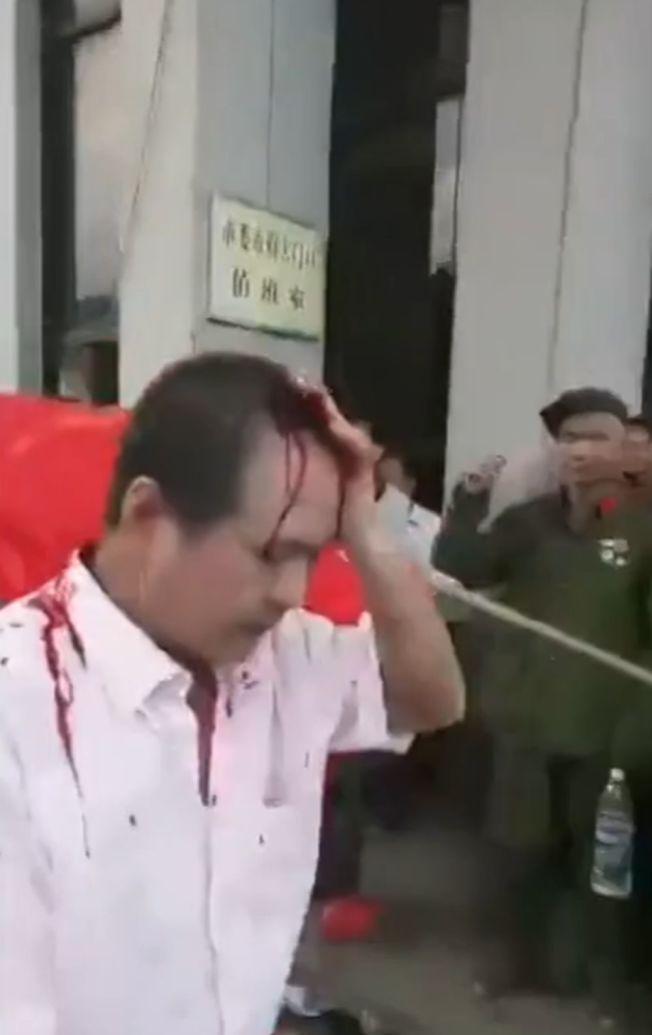 有抗议老兵被打伤,头部流血。(视频截图)