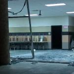新手油門當煞車 撞碎學校玻璃門