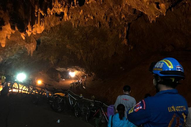 救援人員25日在清萊府的地下洞穴嘗試拯救被困的13名足球隊員。(路透)