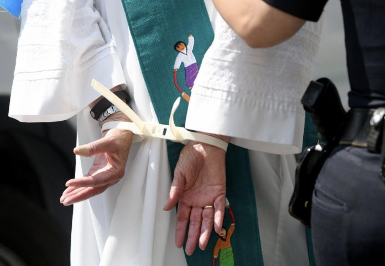 示威的教士因圍堵道路被捕。(洛杉磯時報)