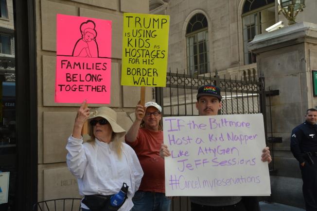司法部長塞辛斯26日到訪洛杉磯,近200名市民上街抗議。(記者王千惠/攝影)