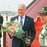迎貿易戰先硬後軟…美國防長抵北京 解放軍女兵獻花