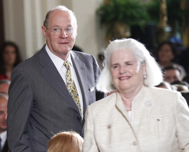 大法官甘迺迪(左)是特立獨行的保守派。圖為甘迺迪夫婦2010年出席白宮東廳活動。(美聯社)