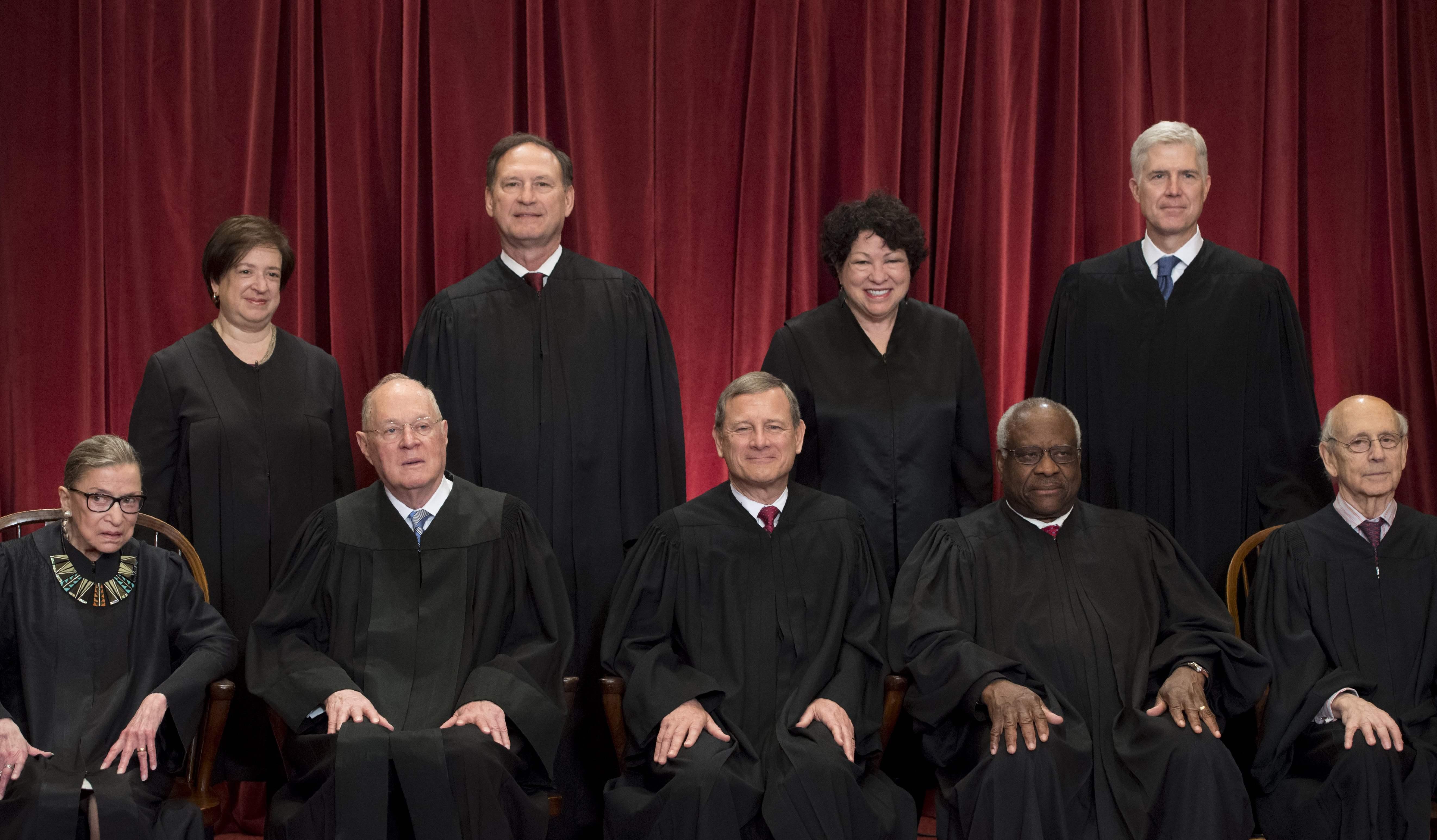 經常投下中間關鍵票的大法官甘迺迪(前排左二)退休,川普總統提名的繼任人選,對美國將產生重大影響。(Getty Images)
