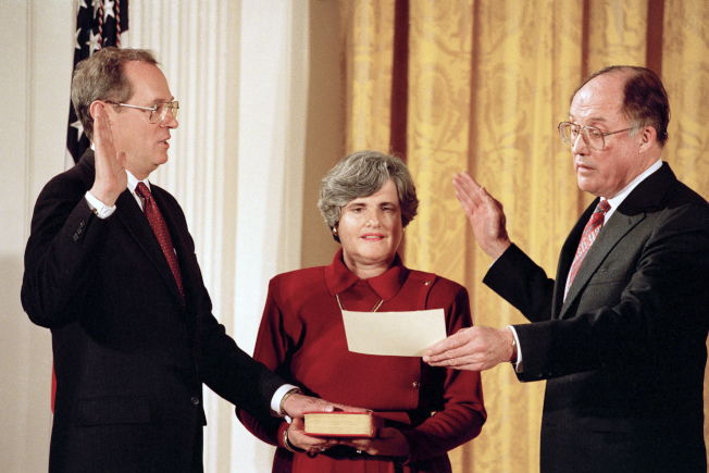 大法官甘迺迪(左)1988年宣誓就職。(美聯社)