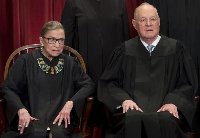 大法官甘迺迪(右)與大法官金斯柏。(Getty Images)