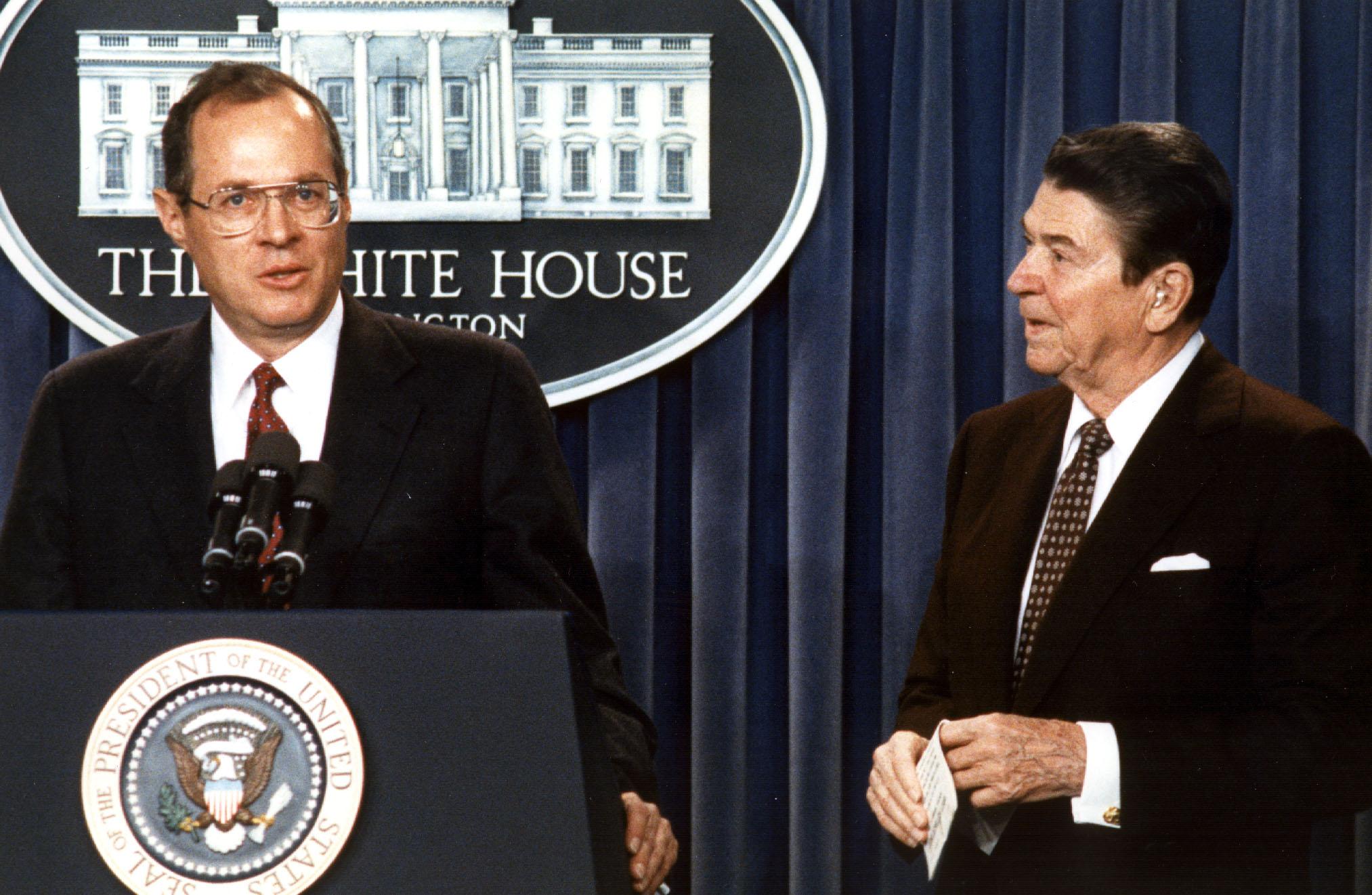 1987年雷根總統提名前加州聯邦法官甘迺迪(左)出任最高法院法官。(Getty Images)