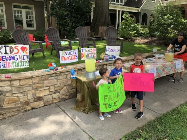 亞特蘭大六歲小童賣檸檬水,為骨肉分離的移民家庭籌款。(取自Shannon Cofrin Gaggero網頁)