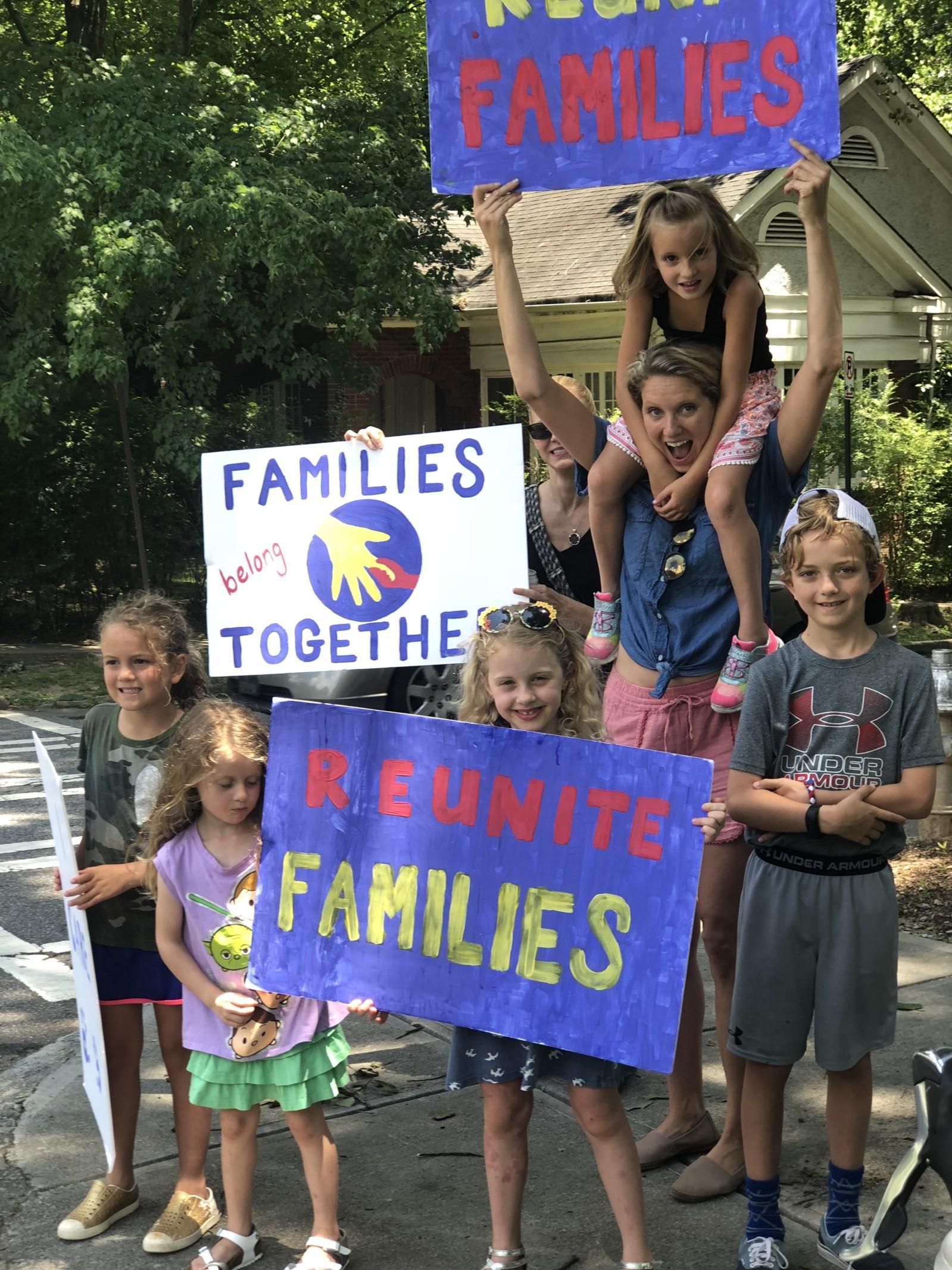 亞特蘭大六歲小童賣檸檬水,為骨肉分離的移民家庭籌款,附近兒童也加入賣水籌款行列。(取自Shannon Cofrin Gaggero網頁)