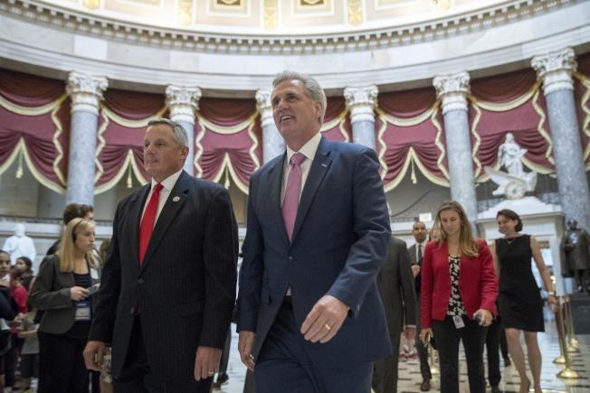 眾院共和黨團進入議場,為移民改革法案投票。(美聯社)