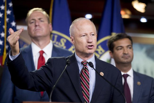共和黨版移民法案在國會眾院闖關失敗後,共和黨議員在國會向媒體說明。(美聯社)