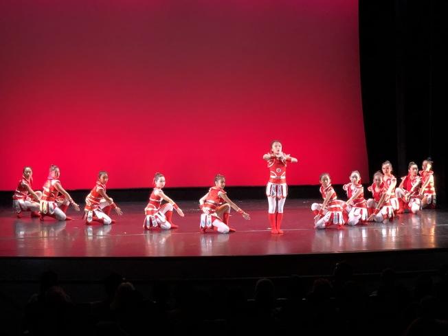 紐英崙中華藝術協會傳統中國舞蹈團帶來根據經典花木蘭故事改編的舞蹈「巾幗英雄」。(記者劉晨懿之/攝影)
