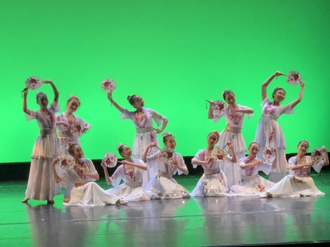 紐英崙中華藝術協會傳統中國舞蹈團帶來舞蹈「花間心事」(記者劉晨懿之/攝影)