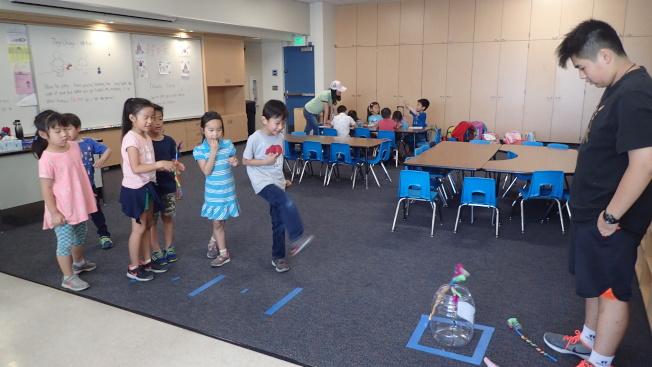 華僑中文學校的學生體驗韓國民俗童玩。(華僑中文學校提供)