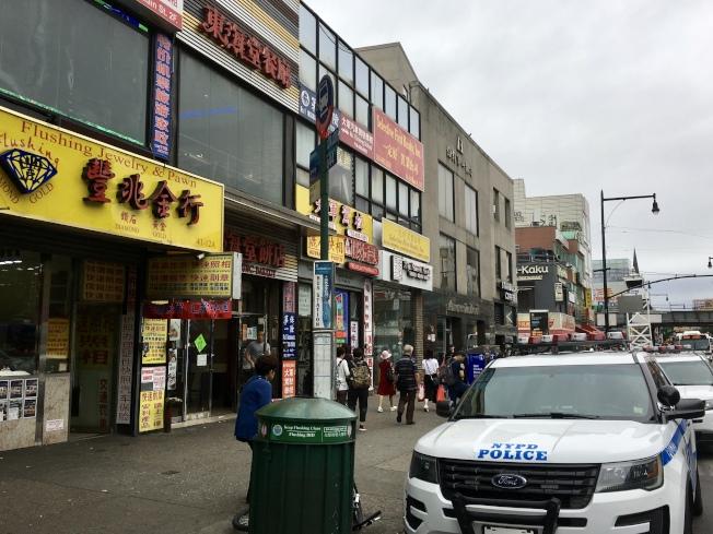 案發後,多輛警車停在珠寶店外。(記者朱蕾/攝影)